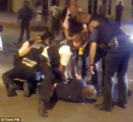 Mais agentes então juntaram-se aos colegas e todos participaram da detenção do suspeito abatido
